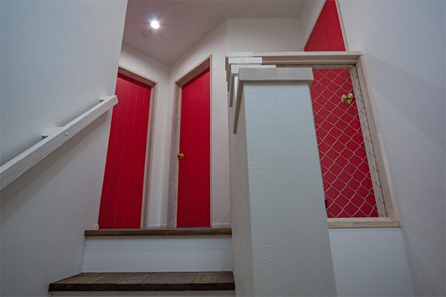 階段を上がったところには落下防止にアメリカンフェンスを設置