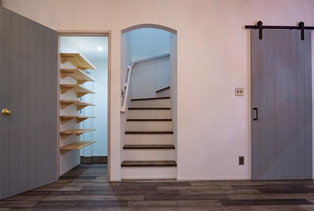 階段をあがる入口は少し丸みがかかっています。