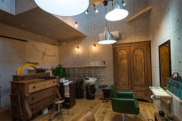 アンティーク家具をふんだんに 使った美容室